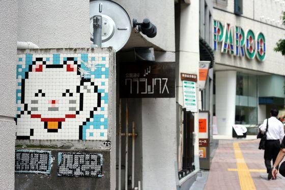 渋谷のインベーダーアートのまねきねこ