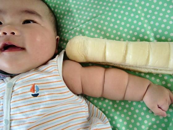 赤ちゃんの腕はちぎりパンそっくり