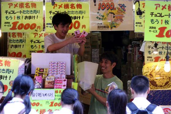 アメ横の志村商店のチョコレート叩き売り