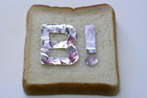 食パンにアルミホイルをのせる