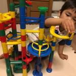 さらばYouTube!3歳の子供に超絶おすすめのおもちゃ「くもん くみくみスロープ」