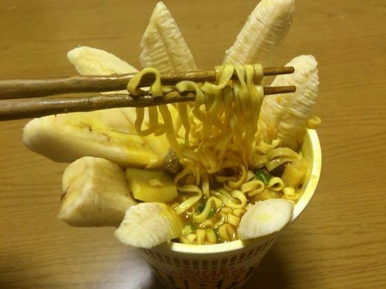 カレー味のカップヌードルにバナナをちょい足し