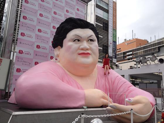 新宿駅の超巨大マツコ像